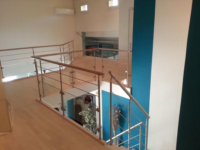 garde corps inox et verre entourant la tr mie de l 39 escalier moderne 26. Black Bedroom Furniture Sets. Home Design Ideas